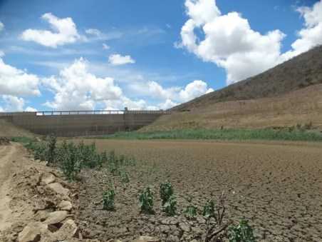 Barragem de Jucazinho secou há cinco meses e prejudicou mais de 800 mil pessoas (Foto: Joalline Nascimento/G1)
