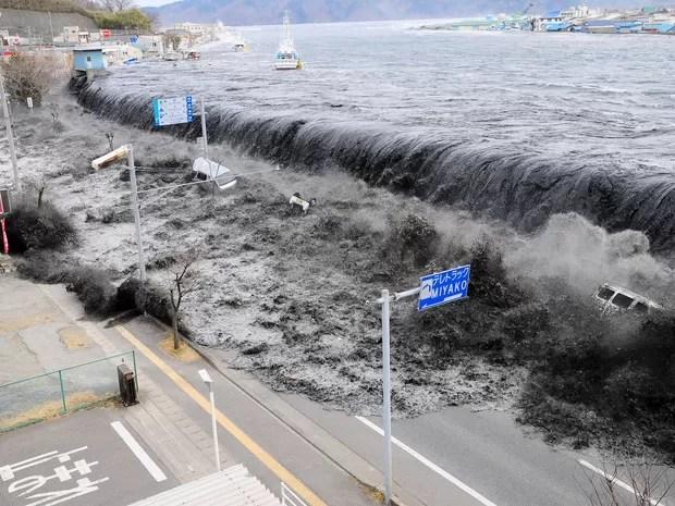 Tsunami deixou mais de 18 mil mortos no país (Foto: Mainichi Shimbun/Reuters)