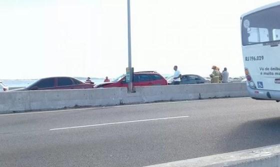 O segundo acidente na ponte, envolvendo três veículos, ocorreu logo após a primeira subida (Foto: Ariane Marques/G1)