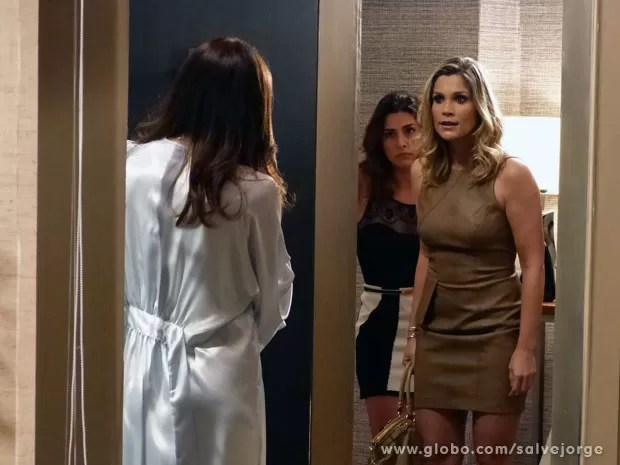 Érica desce do salto e arma barraco com Lívia no hotel (Foto: Salve Jorge/ TV Globo)