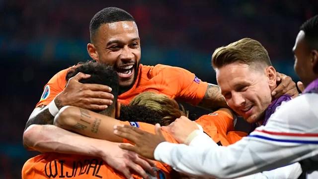 Depay e Dumfries fizeram os gols da Holanda contra a Áustria