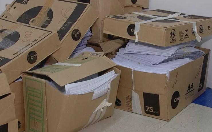 Caixas com documentos da comissão  (Foto: Reprodução/TV TEM)