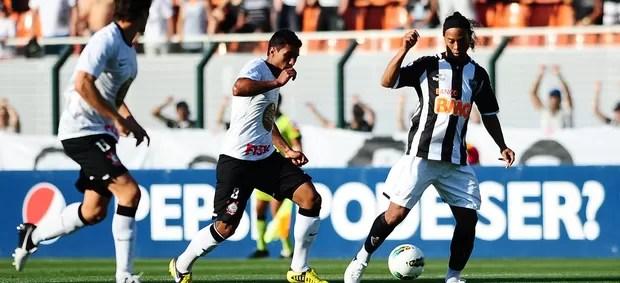 Paulinho Corinthians Ronaldinho Gaucho Atlético-MG (Foto: Marcos Ribolli / Globoesporte.com)