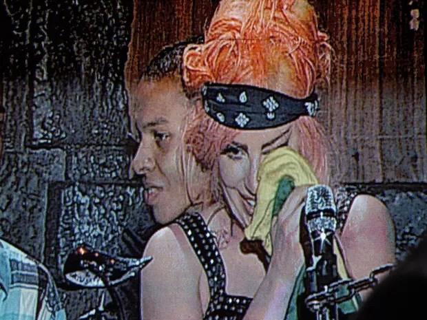 Flagrada pelo telão, a cantora Lady Gaga enxuga as lágrimas com uma canga com a bandeira do Brasil: produção internacional vetou o credenciamento de fotógrafos e equipes de TV (Foto: G1)