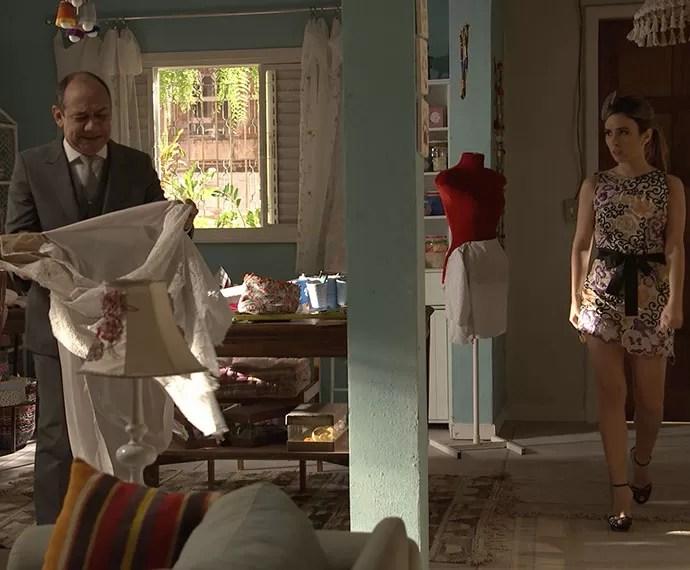 O mordomo aparece na casa de Eva pouco antes da cerimônia (Foto: TV Globo)