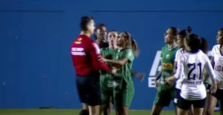 Darlene cuspiu no árbitro durante o jogo entre Rio Preto e Corinthians (Foto: reprodução)