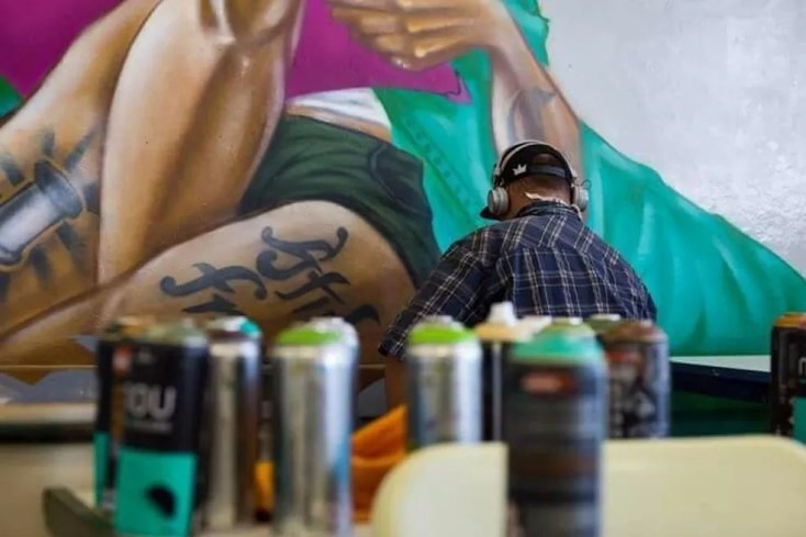 Artistas grafitam sala de aula em Queluz (Foto: Luis Felipe Amaral)