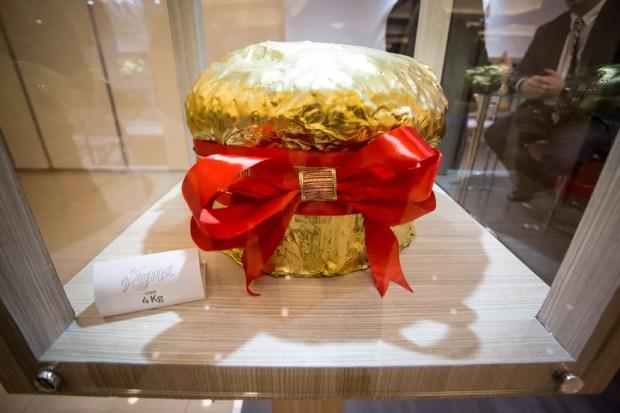 Panetone com pós de ouro feito pela Siena especialmente para o salão; produto não está à venda — Foto: Fabio Tito/G1