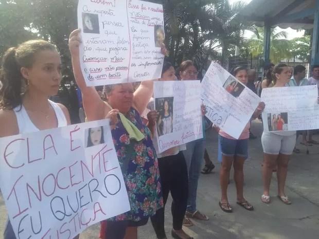 Familiares estenderam faixas em protesto por morte de mulher espancada (Foto: Anna Gabriela Ribeiro / G1)