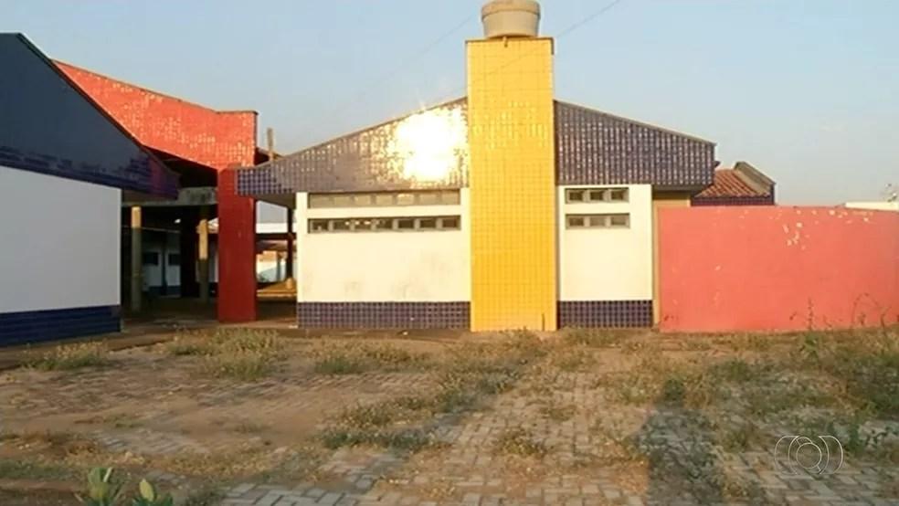 Escola deveria ter sido entregue em 2009, mas obra ainda não foi concluída (Foto: Reprodução/TV Anhanguera)
