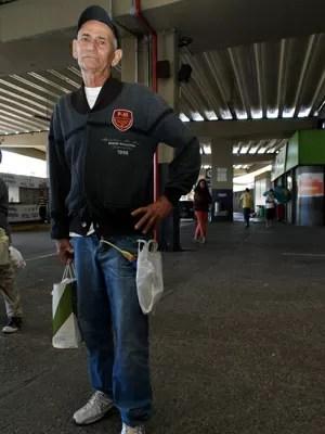 Em tratamento médico, idoso recorre a van para viajar para interior da Bahia (Foto: Egi Santana/ G1)