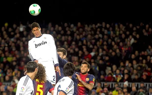 Raphael Varane marca o terceiro gol do Real Madrid contra o Barcelona (Foto: Reuters)