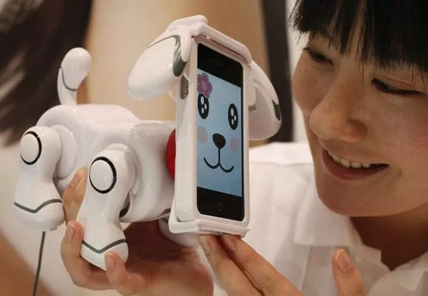 O iPhone serve como a face de outro robô, o 'Smart Pet'. O dono pode acariciá-lo, e ele sente por meio da tela sensível ao toque, com o bichinho demonstrando emoções pelo aparelho (Foto: Yuriko Nakao/Reuters)