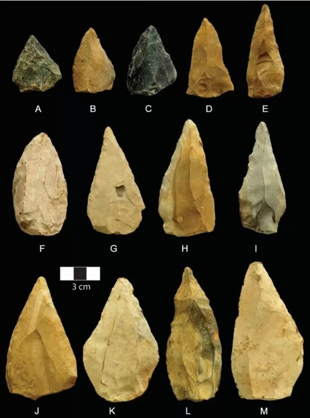 O estudo divulgou imagem de ao menos 13 pontas de lança encontradas em sítio arqueológico da África do Sul (Foto: Divulgação/Science)