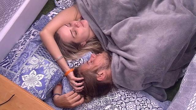 Marcela deita ao lado de Daniel e diz: 'Não aguento ver ninguém triste' — Foto: Globo