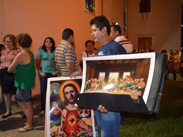 Luiz Matos aproveitou o evento religioso para gerar renda (Foto: Veriana Ribeiro/G1)