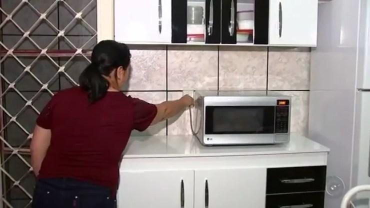 Sandra desliga todos os aparelhos quando sai de casa (Foto: Reprodução/TV TEM)