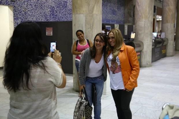 Susana Vieira tira foto com fã em aeroporto no Rio (Foto: Marcello Sá Barreto/ Ag. News)