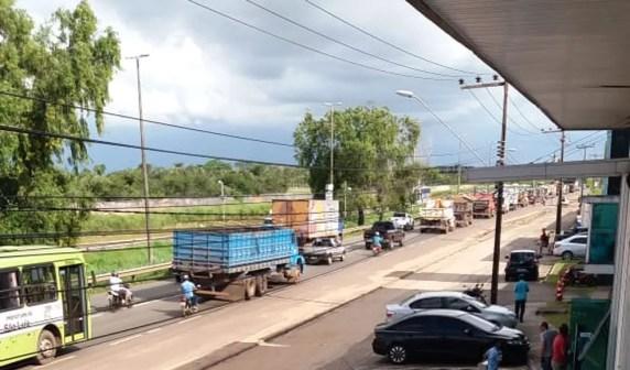 Caminhoneiros andaram em comboio por uma das pistas em São Luís, deixando o trânsito lento (Foto: Divulgação/PRF)