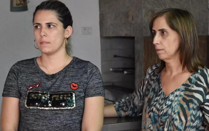 Irmã e mãe da representante comercial Vanessa Camargo, morta com tiro na cabeça dentro de carro quando estava grávida do segundo filho, em Goiás (Foto: Murillo Velasco/G1)