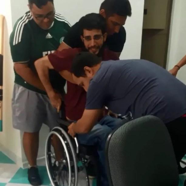 Na semana passada os amigos presentearam Airton com uma cadeira de rodas nova. A surpresa foi no trabalho dele — Foto: Airton Ferreira/Arquivo Pessoal
