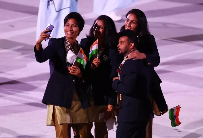 Atletas da Índia fazem selfie sem máscara durante desfile na cerimônia de abertura de Tóquio 2020 — Foto: REUTERS/Lucy Nicholson
