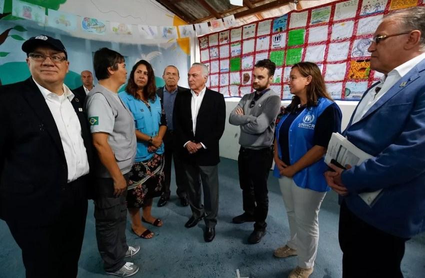 O presidente Michel Temer (centro), durante visita a um abrigo para imigrantes em Roraima (Foto: Alan Santos/PR)