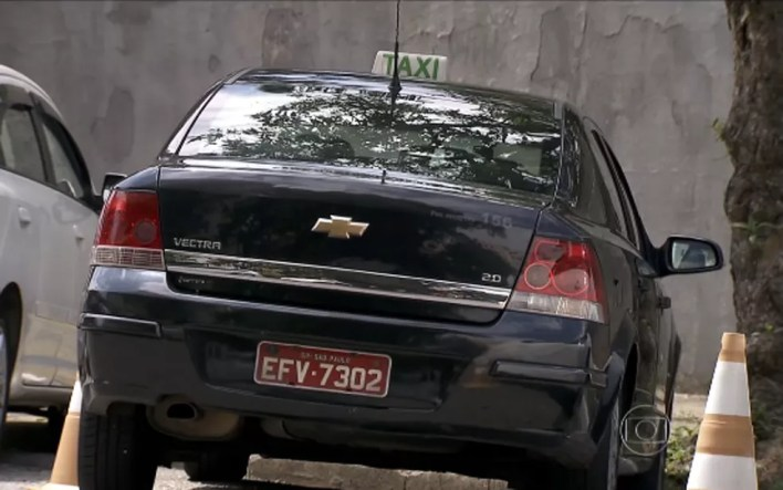 Táxi preto na cidade de São Paulo (Foto: Reprodução TV Globo)