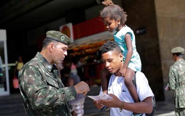 Soldado distribui panfleto sobre Aedes aegypti no Rio de Janeiro