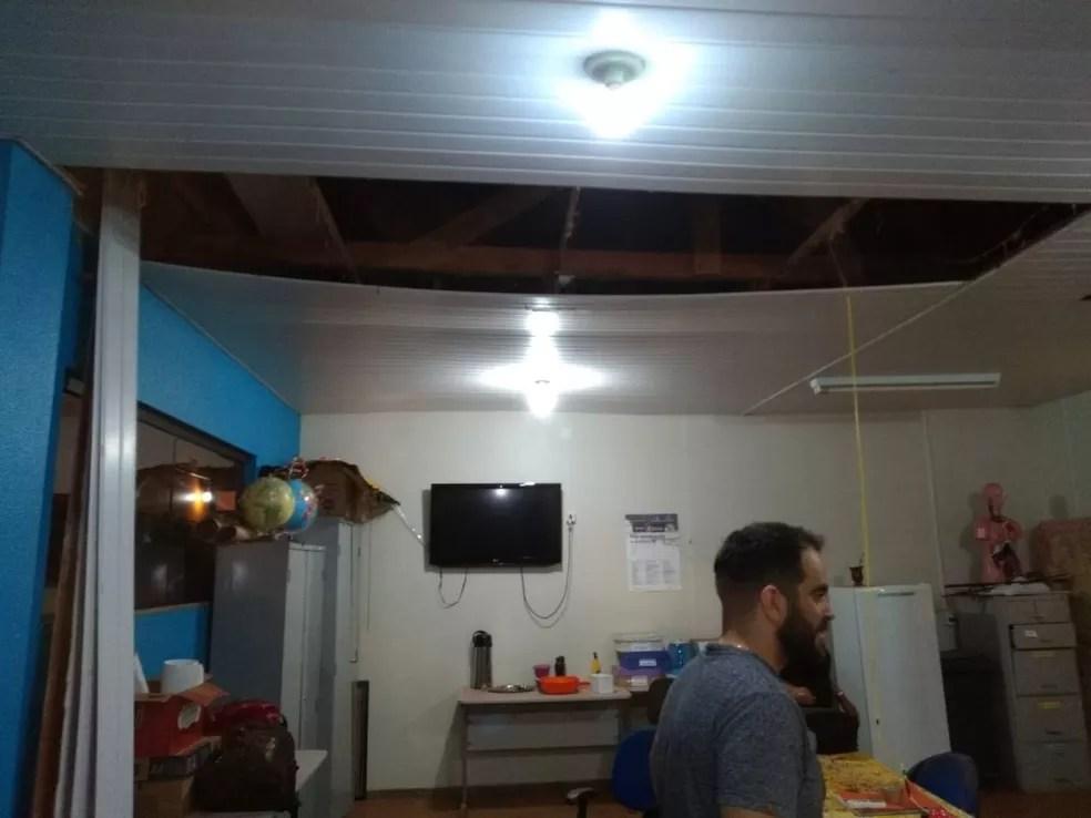 Forro de sala desaba e escola arrecada dinheiro para reformar telhado  — Foto: Arquivo Pessoal