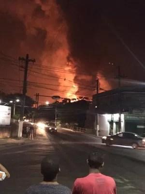 Moradores observavam de longe as chamas  (Foto: Adriano Silva / Divulgação)