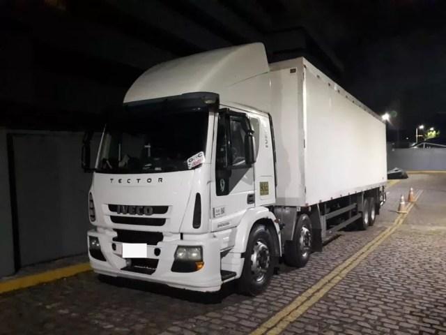 Caminhão é apreendido por transporte de carga de cigarros contrabandeados em Baía Formosa — Foto: Cedida