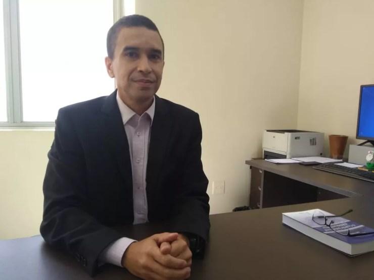 Juiz Anastácio Menezes diz que se a saúde funciona bem, não é necessária a judicialização — Foto: Alcinete Gadelha/G1