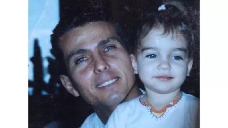 Em janeiro, Júlia foi à praia favorita do pai, que ele estava sonhando em ir quando estava internado — Foto: Arquivo Pessoal (via BBC)
