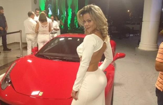 Flávia Magalhães, ex-Miss Bumbum Goiás, prestigiou o sertanejo Marrone Goiânia Goiás (Foto: Sílvio Túlio/G1)