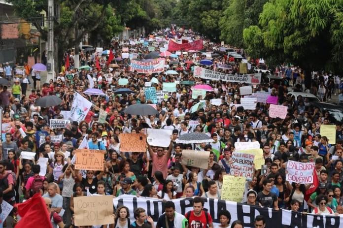 Manifestantes nas ruas de Belém — Foto: Kleyton Silva/ Ascom Sindtifes