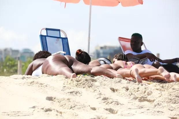 Anitta curte praia com Jojo Todynho e Nego do Borel (Foto: Dilson Silva/AgNews)