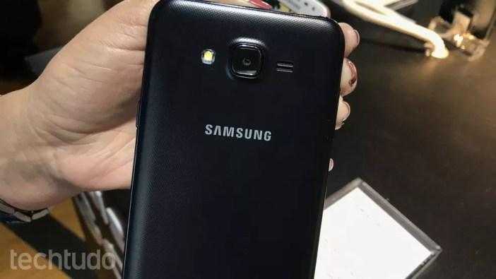 Galaxy J7 Neo tem câmera traseira de 13 MP (Foto: Thássius Veloso/TechTudo)