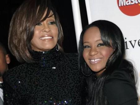 Bobbi Kristina Brown aparece ao lado de sua mãe, Whitney Houston, em foto de 12 de fevereiro de 2011 (Foto: AP Photo/Dan Steinberg, File)