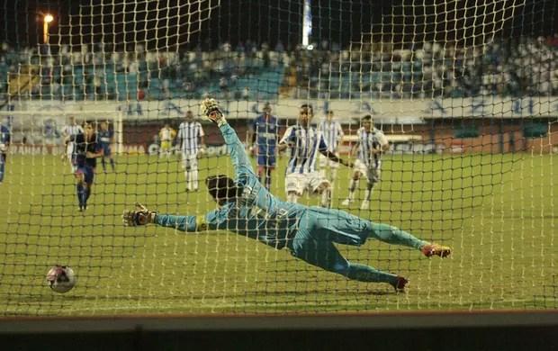 Cleber Santana cobrou o penalte e marcou o gol da vitoria do Avai (Foto: Manoel Bento / AVAÍ F.C.)