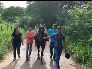 Crianças portadoras de deficiência aderem ao tratamento com cavalos (Foto: Leonardo Giovanni / Arquivo pessoal)