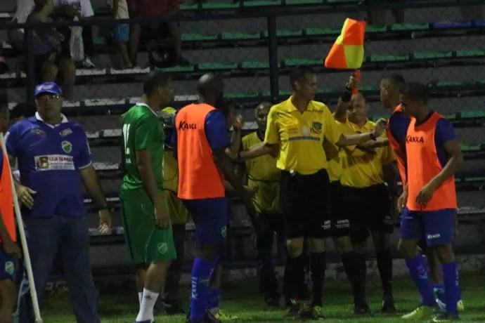 Altos x Parnahyba - confusão bandeirinha (Foto: Wenner Tito)