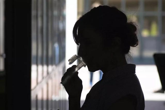 Estudante fornece saliva para um teste experimental de Covid-19 para pessoas assintomáticas — Foto: Irene Yi/UC Berkeley via AP