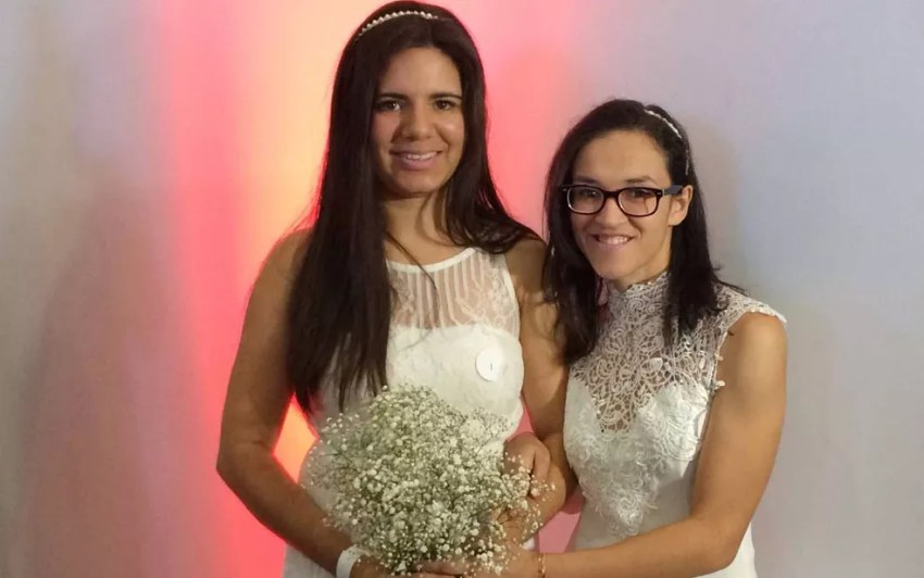 Karina e Kelly se casaram para fortalecer a família. Planejam ter um filho em breve por meio de inseminação (Foto: Vivian Reis/G1)