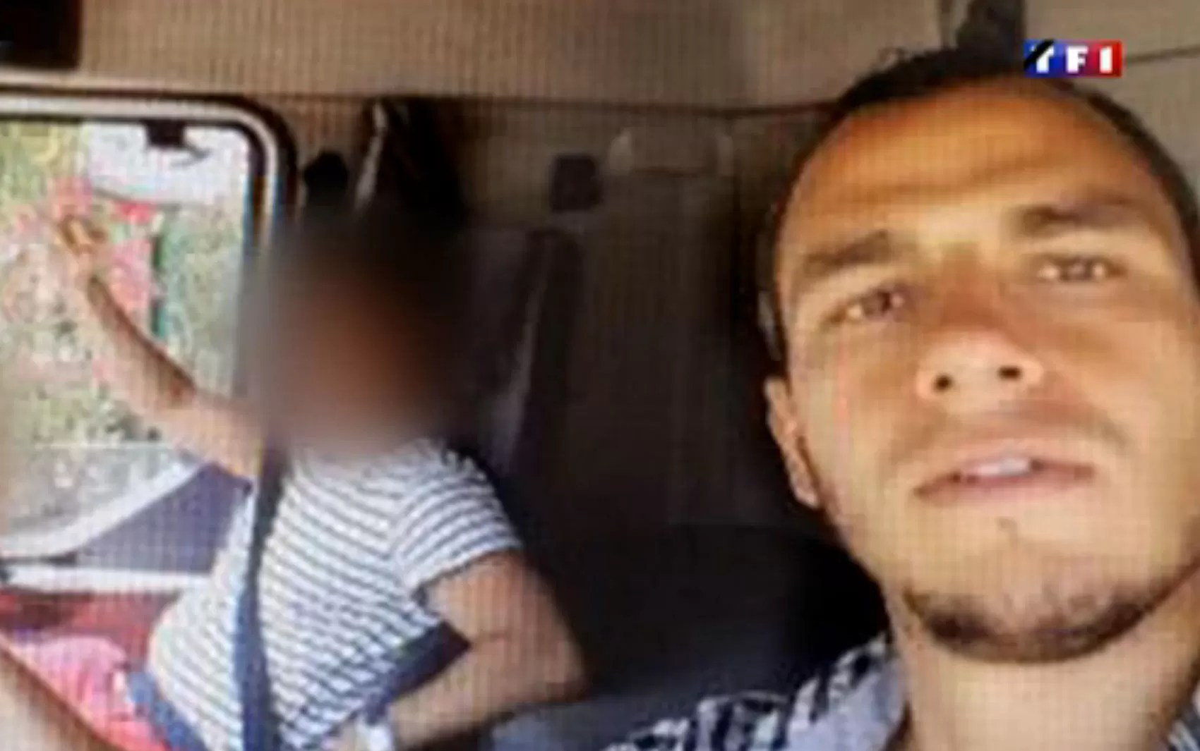 Mohamed Lahouaiej Bouhlel posa para selfie no dia 12 de julho na cabine do caminhão que usou no ataque em Nice (Foto: Reprodução/TF1)