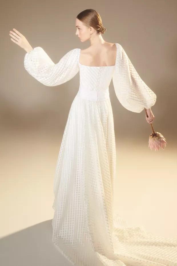 Vestido Nanna Martinez para White Hall (R$ 20.350), brincos (R$ 4.290) e anel (R$ 2.590), ambos Monte Carlo. Buquê Rico Prado Lobo (Foto: Denny Sach)