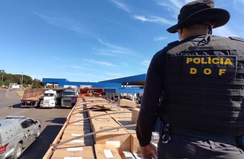 Carreta carregada com 40 mil maços de cigarros contrabandeados do Paraguai é apreendida. — Foto: DOF/Divulgação