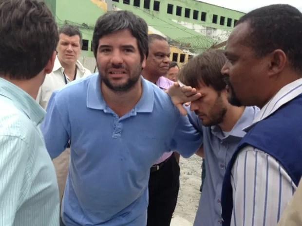 Secretário é amparado por assessores após agressão (Foto: Guilherme Brito / G1)