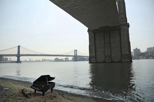 Instrumento musical surgiu misteriosamente próximo à Ponte do Brooklyn, em Nova York (EUA) (Foto: Spencer Platt/Getty Images/AFP)