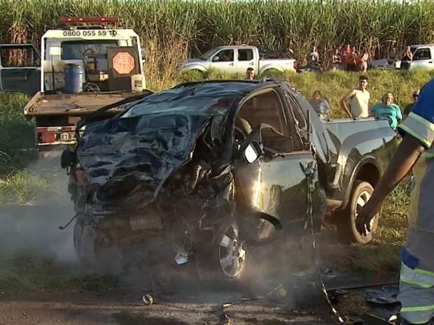 Picape ficou completamente destruída com o impacto do acidente em Jaboticabal, SP (Foto: Fábio Júnior/EPTV)
